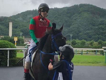 【日曜福島/新馬5R】松岡「芝の短いところは合ってる」10番人気・マイネルテナシャスがV