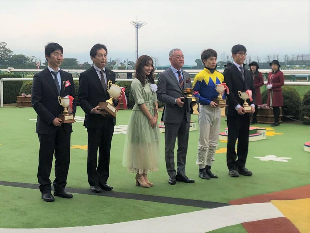柴田阿弥が京都牝馬Sのプレゼンターとして登場